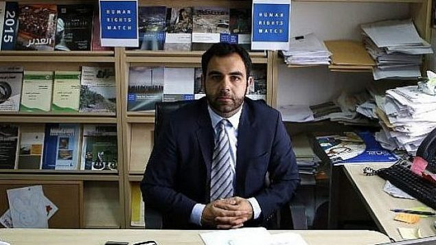عمر شاكر  مدير مكتب منظمة رصد حقوق الإنسان في إسرائيل وفلسطين، مواطن أمريكي، يجلس في مكتبه في مدينة رام الله بالضفة الغربية، 9 مايو / أيار 2018. (Abbas Momani/AFP)