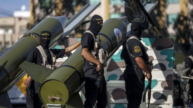 عناصر من حركة الجهاد الإسلامي خلال مسيرة عسكرية في مدينة غزة، 4 أكتوبر، 2018.  (Anas Baba/AFP PHOTO)