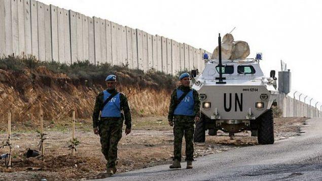 جنود قوة الأمم المتحدة المؤقتة في لبنان (اليونيفيل) يقومون بدورية على طول الجدار الحدودي مع إسرائيل بالقرب من قرية كفر كيلا في جنوب لبنان في 4 ديسمبر / كانون الأول 2018. (Mahmoud Zayyat/AFP)