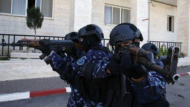 عناصر في الشرطة الفلسطينية يشاركون في دورة تدريبيه في مقر الشرطة الفلسطينية في مدينة الخليل بالضفة الغربية، 30 يناير، 2019. (HAZEM BADER / AFP)