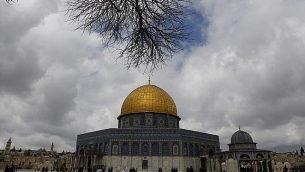 مصلون مسلمون فلسطيينون يسيرون من أمام قبة الصخرة في المسجد الأقصى، القدس القديمة، 1 مارس، 2019، قبل صلاة يوم الجمعة.  (Ahmad Gharabli/AFP)