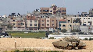 """دبابة قتال """"ميركافا"""" إسرائيلية بالقرب من الحدود مع قطاع غزة بالقرب من كيبوتس ناحال عوز في جنوب إسرائيل، 15 مارس 2019. (Jack Guez/AFP)"""