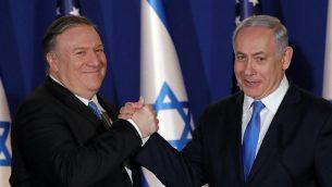 يستقبل رئيس الوزراء بنيامين نتنياهو (إلى اليمين) وزير الخارجية الأمريكي مايك بومبو في مقر إقامته في القدس في 21 مارس 2019. (Jim Young/Pool/AFP)