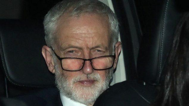 قائد حزب العمال البريطاني المعارض، جيرمي كوربين، يغادر مبنى البرلمان في وستمينستر، مركز لندن، 27 مارس 2019 (Daniel Leal-Olivas/AFP)