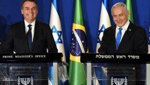 الرئيس البرازيلي جايير بولسونارو، من اليسار، ورئيس الوزراء الإسرائيلي بنيامين نتنياهو، يتحدثان خلال مؤتمر صحفي مشترك في مقر إقامة رئيس الوزراء في القدس، 31 مارس، 2019.  (DEBBIE HILL/POOL/AFP)