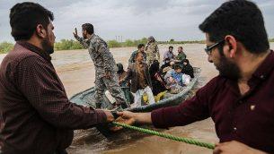 جنود إيرانيون يساعدون مدنيون في منطقة تعاني من فيضانات بالقرب من مدينة الأهواز، 31 مارس 2019 (Mehdi Pedramkhoo / TASNIM NEWS / AFP)