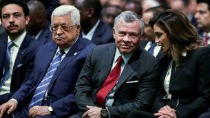 (من اليمين إلى اليسار) الملكة رانية، ملك الأردن عبد الله الثاني، رئيس السلطة الفلسطينية محمود عباس، وولي العهد الأردني الأمير حسين خلال حضورهم حفل افتتاح المنتدى الاقتصادي العالمي للشرق الأوسط وشمال أفريقيا لعام 2019، في مركز الملك حسين للمؤتمرات في البحر الميت، في الأردن، 6 أبريل، 2019.  ( Khalil MAZRAAWI / AFP)