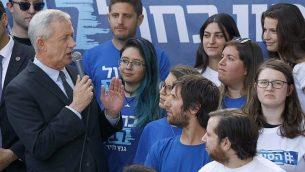 زعيم حزب 'أزرق أبيض' يتحدث خلال تجمع انتخابي في تل أبيب، 9 أبريل، 2019.  (JACK GUEZ / AFP)