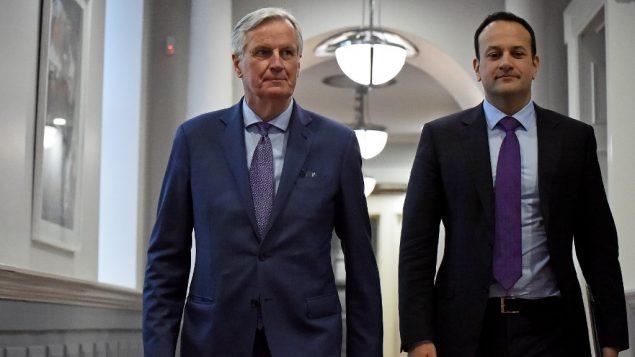 رئيس الوزراء الايرلندي ليو فارادكار مع كبير مفاوضي الاتحاد الأوروبي ميشال بارنييه في دبلين، 8 ابريل 2019 (CLODAGH KILCOYNE / POOL / AFP)