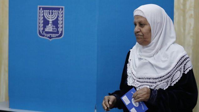 سيدة عربية اسرائيلية تدلي بصوتها في محطة اقتراع لانتخابات الكنيست الإسرائيلي في الطيبة، شمال اسرائيل، 9 ابريل 2019 (Ahmad GHARABLI / AFP)