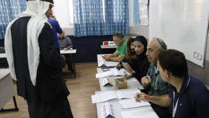 مواطن عربي إسرائيلي يصل محطة اقتراع للتصويت في انتخابات اسرائيل البرلمانية، في بلدة الطيبة بشمال اسرائيل، 9 ابريل 2019 (Ahmad Gharabli/AFP)