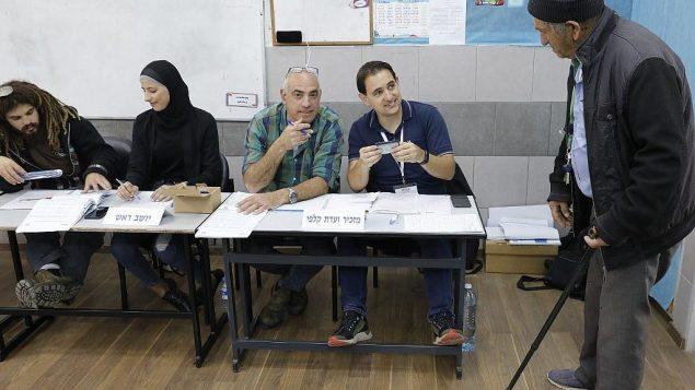 رجل اسرائيلي يصل محطة اقتراع للتصويت في انتخابات اسرائيل البرلمانية، في بلدة الطيبة بشمال اسرائيل، 9 ابريل 2019 (Ahmad Gharabli/AFP)