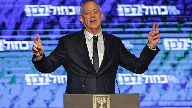 """بيني غانتس، زعيم التحالف السياسي """"أزرق-أبيض""""، يدعي النصر في نهاية انتخابات 9 أبريل 2019 ، في خطاب ألقاه في تل أبيب (Menahem Kahana/AFP)"""
