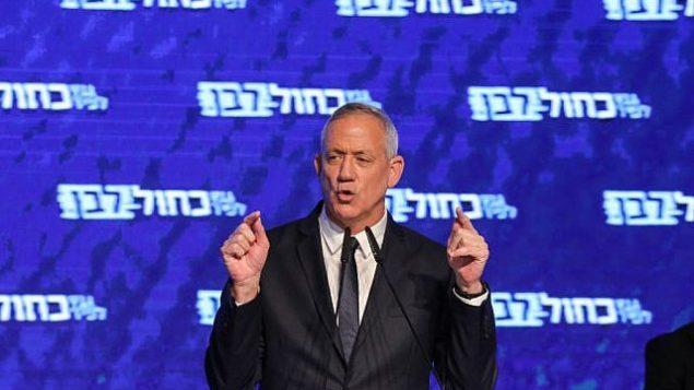 """رئيس حزب """"أزرق أبيض""""، بيني غانتس، يخاطب مناصريه في مقر الحزب في تل أبيب، 10 أبريل، 2019. (Gali Tibbon/AFP)"""