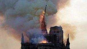 برج كاتدرائية نوتردام التاريخية ينهار نتيجة اندلاع حريق في الكاتدرائية الواقعة بمركز باريس، 15 ابريل 2019 (Geoffroy VAN DER HASSELT / AFP)