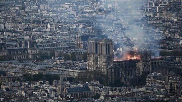 الدخان والنيران تتصاعد من كاتدرائية نوتردام التاريخية في باريس، 15 ابريل 2019 (Philippe LOPEZ / AFP)