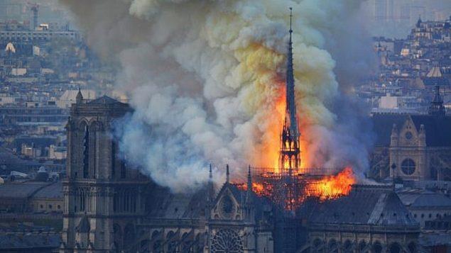 الدخان والنيران تتصاعد من كاتدرائية نوتردام في باريس، 15 ابريل 2019 (Hubert Hitier/AFP)