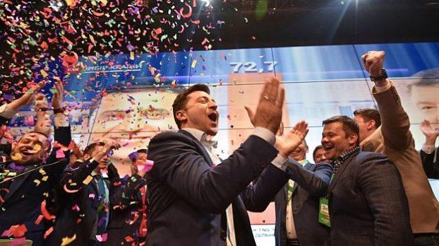 الممثل الكوميدي الأوكراني والمرشح للرئاسة فولوديمير زيلينسكي بعد الإعلان عن نتائج العينات الإنتخابية الاولى في الجولة الثانية من الإنتخابات الرئاسية الأوكرانية، في مقر حملته في كييف، 21 أبريل، 2019. (Genya SAVILOV / AFP)