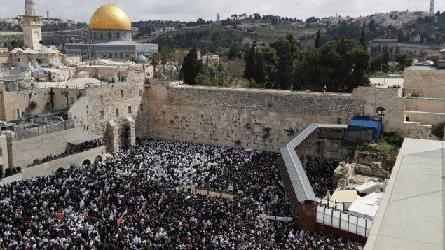 مصلون يهودي يشاركون بمراسيم بركة الكهنة التي تجرى خلال عيد الفصح العبري في حائط المبكة في القدس، 22 ابريل 2019 (Thomas COEX / AFP)