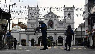 عناصر الأمن يقفون أمام مبنى ضريح القديس أنتوني في كولومبو، 23 أبريل، 2019، بعد يومين من وقوع سلسلة من التفجيرات التي استهدفت كنائس وفنادق فخمة في سريلانكا.  (Jewel SAMAD / AFP)