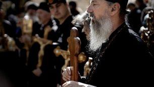مسيحيون أرثوذكسيون من صربيا يحتفلون بيوم الجمعة العظيمة في طريق الآلام في البلدة القديمة في القد ، في 26 أبريل 2019. (Thomas Coex/AFP)