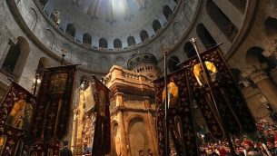 مصلون مسيحيون اورثوذكس في كنيسة القيامة بالقدس، خلال احتفالات سبت النور، 27 ابريل 2019 (GALI TIBBON / AFP)