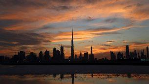 صورة لأفق دبي مع برج خليفة، أطول برج في العام في وسط الصورة، مع غياب الشمس فوق دبي، الإمارات العربية المتحدة، 4 أبريل، 2016. (AFP/Karim Sahib)