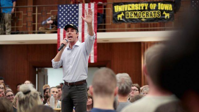 المرشح الديمقراطي للرئاسة بيتو اورورك يتحدث خلال تجمع انتخابي في جامعة ايوا، 7 ابريل 2019 (Scott Olson/Getty Images/AFP)