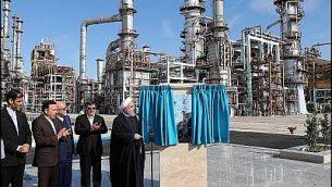 الرئيس الإيراني حسن روحاني يفتتح المرحلة الثالثة من مصفاة نفط جديدة في مدينة بندر عبارس، إيران، 18 فبراير، 2019.  (Official website photo)