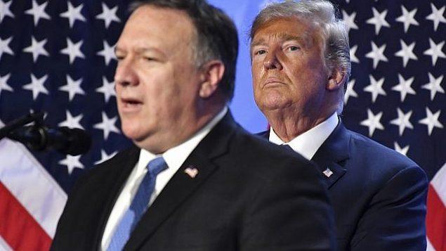 الرئيس الأمريكي دونالد ترامب، من اليمين، يصغي إلى وزير خارجيته مايك بومبيو خلال مؤتمر صحفي بعد قمة رؤساء الدول والحكومات في مقر الناتو ببروكسل، بلجيكا، 12 يوليو، 2018. (Geert Vanden Wijngaert/AP)
