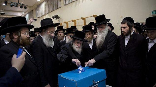 الحاخام يسرائيل هاغار يدلي بصوته في انتخابات الكنيست الإسرائيلي في بني براك، 9 ابريل 2019 (AP Photo/Oded Balilty)