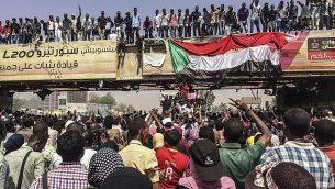 تجمع لمتظاهرون بالقرب من المقر العسكري، 9 أبريل 2019، في العاصمة الخرطوم ، السودان. (AP)