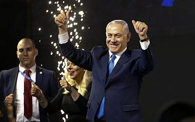 رئيس الوزراء بنيامين نتنياهو يحيي أنصاره بعد إغلاق صناديق الاقتراع في تل أبيب، 9 أبريل، 2019.  (AP Photo/Ariel Schalit)