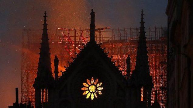 الدخان والنيران تتصاعد من كاتدرائية نوتردام في باريس، 15 ابريل 2019 (AP Photo/Thibault Camus)