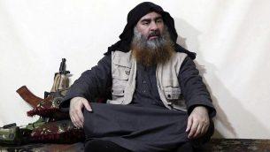 صورة التقطت من فيديو صدر على موقع جماعة مسلحة في 29 ابريل 2019، يدعي انه يظهر زعيم تنظيم الدولة الإسلامية ابو بكر البغدادي، خلال مقابلة مع وكالة الفرقان التابعة لتنظيمه (Al-Furqan media via AP)