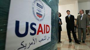 القنصل العام الامريكي في القدس جيكوب ويلز ينظر الى تبرعات الوكالة الامريكية للتنمية الدولية للفلسطينيين في مدينة رام الله في الضفة الغربية، 10 مايو 2006 (AP Photo/Muhammed Muheisen)