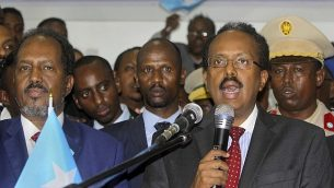 الرئيس الصومالي الجديد محمد عبدالله فرماجو، من اليمين، برفقة سلفه الرئيس حسن شيخ محمود، من اليسار، يتحدث مع الصحافيين بعد فوزه بالإنتخابات في مقديشو، الصومال، 8 فبراير، 2017.   (AP Photo/Farah Abdi Warsameh)