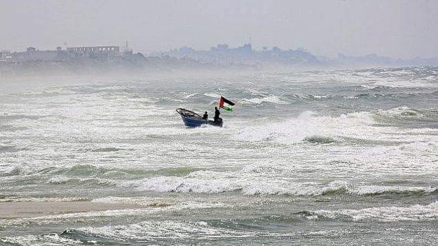 صيادون يبحرون في البحر الهائج قبالة سواحل البحر الأبيض المتوسط في مدينة غزة، 11 أبريل، 2018. (Adel Hana/AP)
