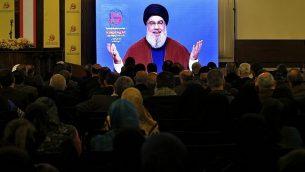 مناصري منظمة 'حزب الله' اللبنانية المدعومة من إيران يصغون إلى خطاب الأمين العامة للمنظمة، حسن نصر الله، عبر الفيديو، في الضاحية الجنوبية لبيروت، لبنان، 8 مارس، 2019. (AP Photo/Bilal Hussein)