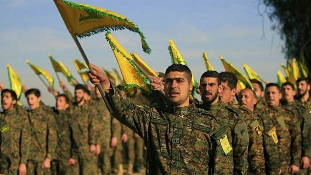 مقاتلو حزب الله يحملون أعلام المنظمة خلال مشاركتهم في حدث لإحياء ذكرى قائد المنظمة عباس الموسوي، الذي قُتل في غارة جوية إسرائيلية في عام 1982،في قرية تفاحتا في جنوب لبنان، 13 فبراير، 2016.  (Mohammed Zaatari/AP)