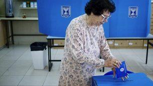 امرأة تصوت في مركز اقتراع في مستوطنة إفرات في الضفة الغربية، في 9 أبريل 2019. (AP Photo / Ariel Schalit)