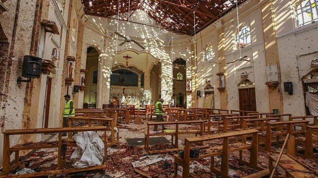 تبعات الانفجار في كنيسة سانت سيباستيان في نغومبو، سريلانكا، في أحد الفصح، 21 أبريل، 2019 (AP/Chamila Karunarathne)