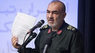 حسين سلامي يتحدث خلال لقاء في طهران، في صورة بدون تاريخ صدرت عن موقع الحرس الثوري الإيراني (Sepahnews via AP)