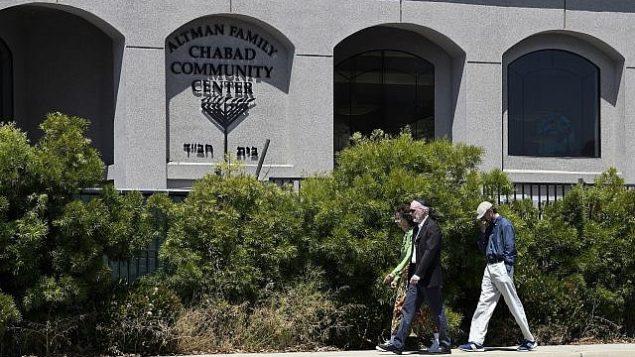 أعضاء طائفة يسيرون خارج كنيس 'حاباد' في باوي، كاليفورنيا، السبت، 27 أبريل، 2019.