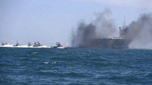في هذه الصورة التي نشرتها وكالة 'فارس' الإيرانية شبه الرسمية للأنباء يوم الأربعاء، 25 فبراير، 2015، تظهر قوارب سريعة للحرس الثوري الإيراني وهي تقوم بمهاجمة مجسم لحاملة طائرات أمريكية خلال مناورات عسكرية واسعة النطاق بالقرب من مدخل الخليج الفارسي، إيران. (AP/Fars News Agency, Hamed Jafarnejad)
