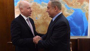 جيسون غرينبلات، من اليسار، يلتقي برئيس الوزراء بنيامين نتنياهو خلال زيارة إلى القدس، 13 مارس، 2017.  (Government Press Office)