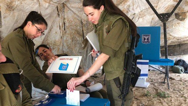 جنود يدلون بأصواتهم في 9 ابريل 2019 (Israel Defense Forces)