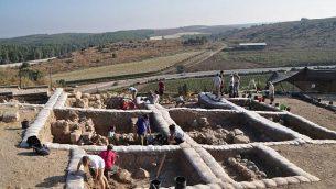 علماء أثار في أعمال تنقيب في مدينة لخيش التوراتية، حيث تم العثور في عام 2014 على نقش أبجدي كنعاني يعود تاريخه إلى القرن ال12 قبل الميلاد.(courtesy of Yossi Garfinkel, Hebrew University)