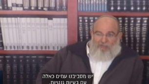 الحاخام العيزر كاشتئيل، مدير كلية قبل عسكرية في مستوطنة ايلي بالضفة الغربية (screen capture: Channel 13)