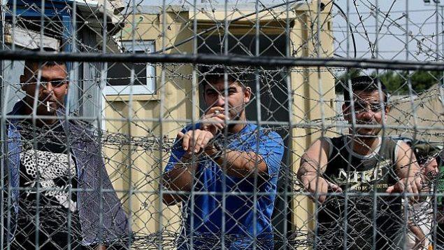 توضيحية: أسرى أمنيون فلسطينيون في سجن 'عوفر' في شمال القدس، 20 أغسطس، 2008. (Moshe Shai/Flash90)